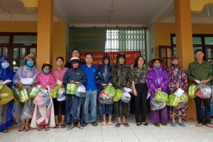 Sáng ngày 30/10, Phụ huynh và cán bộ quản lý, giáo viên, nhân viên trường TH Thanh Liệt đến ủng hộ bà con Quảng Bình