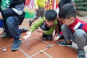 Những hình ảnh vui đùa thật thoải mái của học sinh giờ ra chơi.